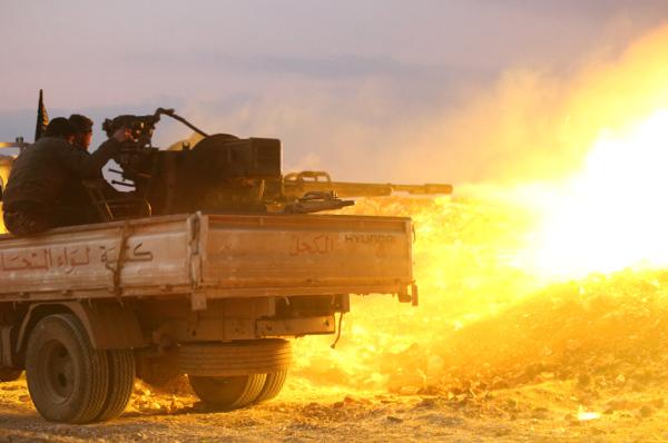 Syryjscy rebelianci podczas walk z siłami rządowymi; okolice miasta Hama, 17 luty