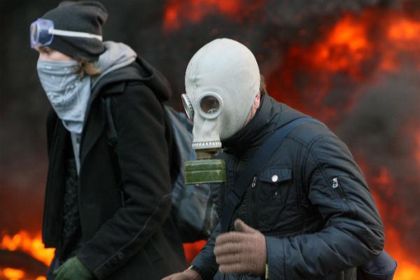 Protestuj�cy w maskach podczas star� w Kijowie