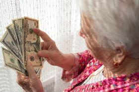 Opiekunka wyp�aci�a sobie 8 tysi�cy premii