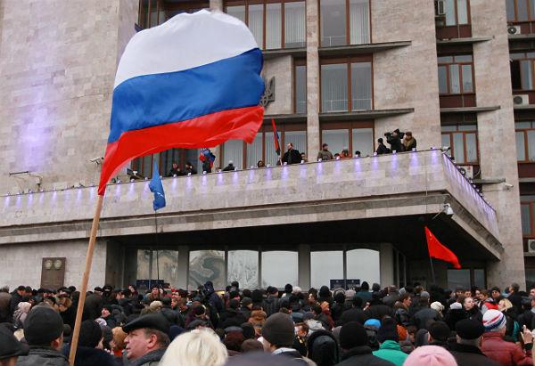 Wcze�niej przy budynkach administracyjnych w Doniecku powiewa�y rosyjskie flagi, dzi� znowu je zast�piono na ukrai�skie