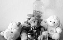 Dziecko wypad�o przez okno - pijani rodzice nawet nie zauwa�yli