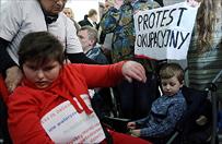 Protest rodzic�w z niepe�nosprawnymi dzie�mi w sejmie
