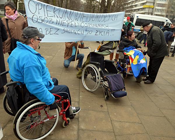 Protest opiekun�w os�b niepe�nosprawnych przed sejmem