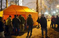 Opiekunowie niepe�nosprawnych sp�dzili noc w namiotach przed sejmem