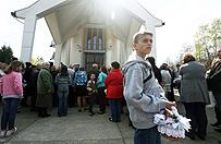 Abp Henryk Hoser: ko�ci� w Jasienicy b�dzie otwarty, gdy parafianie si� pojednaj�