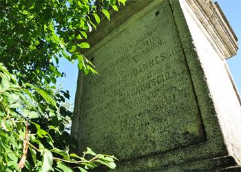 Tablica na pomniku bitwy pod Hodowem. Łaciński napis głosi: