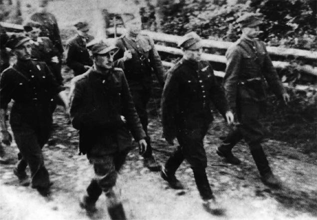 18 czerwca 1944 r., kondukt pogrzebowy. W pierwszym szeregu od lewej: ppor. Bojomir Tworzyański
