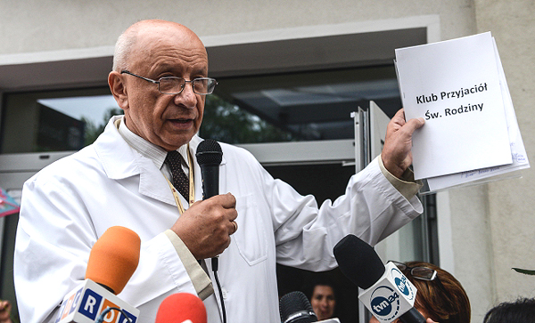 Profesor Bogdan Chazan z pikietującymi w jego obronie przed szpitalem Św. Rodziny przy ulicy Madalińskiego