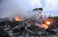 Eksperci na miejscu katastrofy MH17. Odnaleziono ludzkie szcz�tki