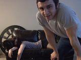 Jego dziewczyna zasn�a pijana na kanapie. Wtedy zrobi� co� niesamowitego