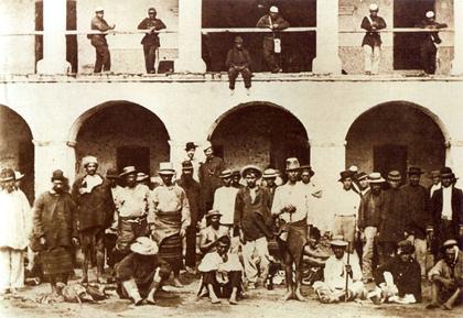 Paragwajscy jeńcy w otoczeniu brazylijskich żołnierzy ok. 1865 r.