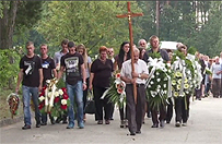 Setki os�b na pogrzebie 21-letniego Adriana z Zawiercia