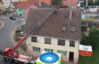 Uciek� z karetki, wszed� na dach i rzuca dach�wkami w przechodni�w w Gryficach