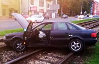 Rozp�dzone auto zatrzyma�o si� na... torowisku tramwajowym
