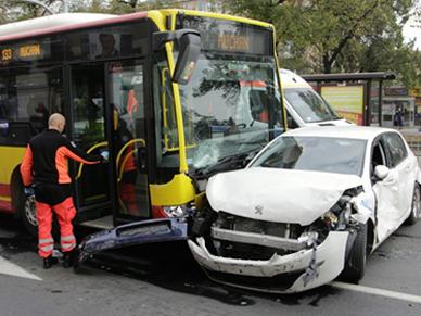 Autobus staranowa� dziewi�� aut we Wroc�awiu