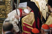 Papie� schyli� si� przed patriarch� Bart�omiejem, prosz�c o b�ogos�awie�stwo