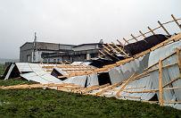 Silny wiatr nad Polsk�. Pozrywane dachy, powalone drzewa