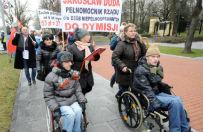 Opiekunowie niepe�nosprawnych doros�ych i dzieci protestuj� pod Kancelari� Premiera