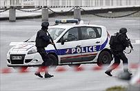Uzbrojony napastnik, kt�ry wzi�� zak�adnik�w na poczcie pod Pary�em, zosta� zatrzymany