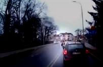 Niebezpieczny spacer �rodkiem ulicy. Kierowcy przecierali oczy ze zdumienia