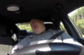 Filmik z policjantem robi furorę w internecie