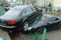 """Audi """"zaparkowa�o"""" na dachu Mercedesa"""