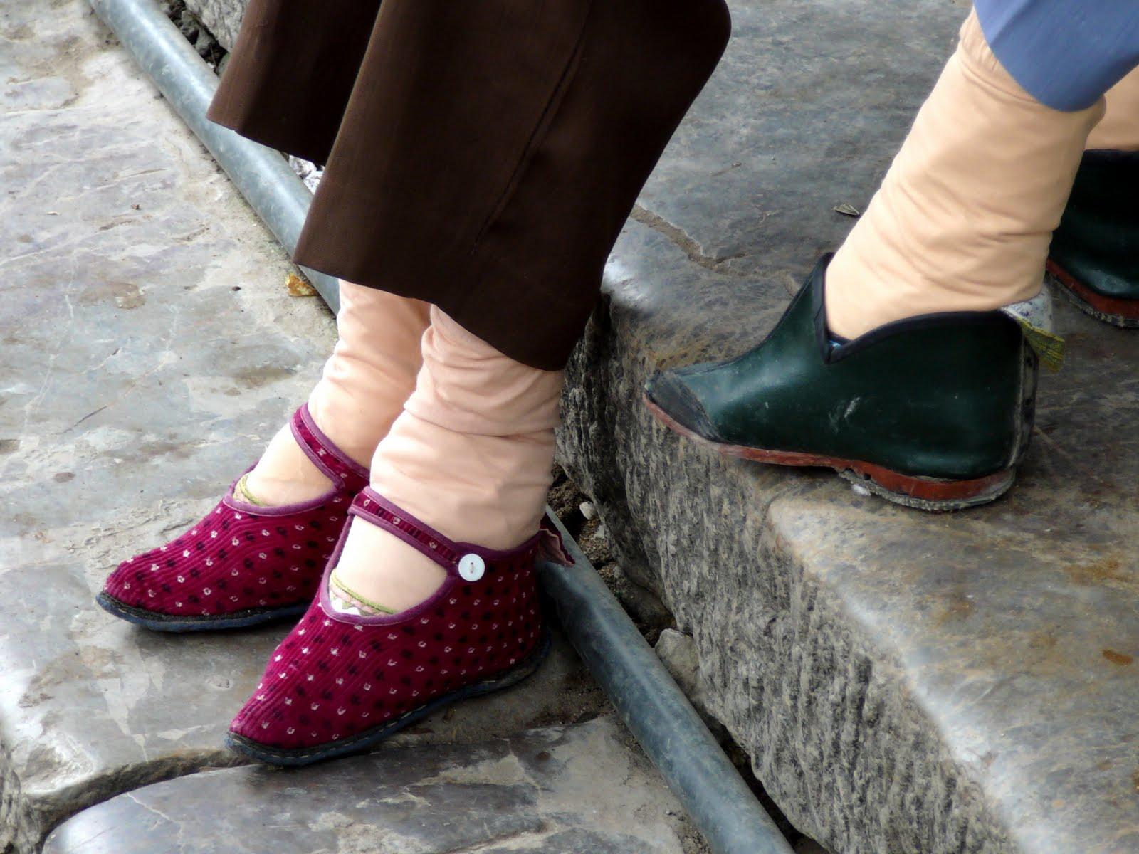 stopy lalki chiny okaleczanie kobiet w imię piękna