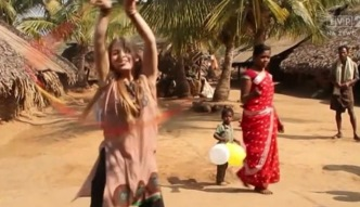 Ma 18 lat i pomaga dzieciom w Indiach