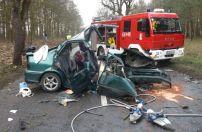 Wągrowiec: pijany 19-latek uderzył w drzewo. Jadąca z nim dziewczyna jest w stanie krytycznym