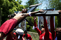 Filipi�scy pokutnicy znowu dali si� przybi� do krzy�a w Wielki Pi�tek