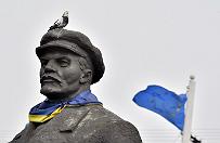 Na Ukrainie obalono kilka pomnik�w Lenina. Zakaz propagandy komunizmu