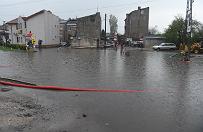 Burze i ulewy nad Polsk�. Brzeziny cz�ciowo zalane, stra�acy walcz� z �ywio�em
