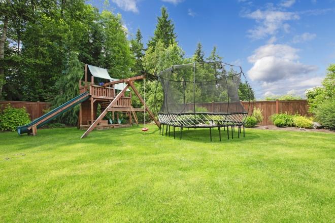 Domki ogrodowe dla dzieci i huśtawki – ogród dla maluchów  Dom