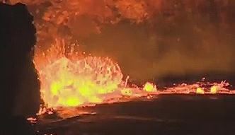 Lawa wylewa się z wulkanu na Hawajach