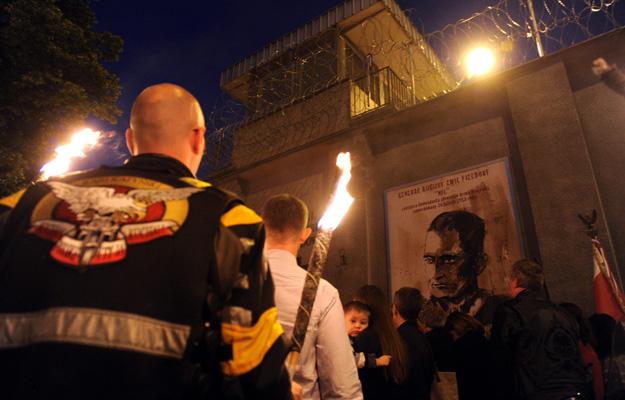 Uczestnicy uroczystości w 2012 r. podczas 64. obchodów rocznicy śmierci Pileckiego, przy tablicy upamiętniającej pomordowanych w więzieniu mokotowskim