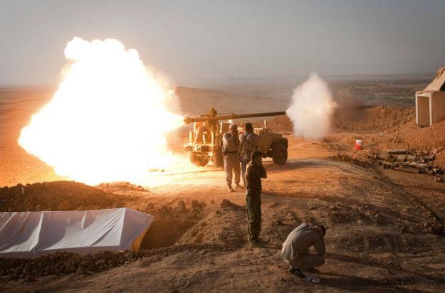 Kurdyjscy bojownicy ostrzeliwują pozycje sił Państwa Islamskiego w Iraku
