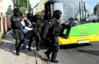 Bomba w tramwaju lub poci�gu - czy pracownicy transportu publicznego wiedz�, jak zareagowa�?