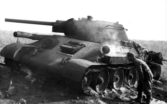 Zniszczony radziecki czołg T-34 pod Prochorowką. Niemieckie propagandowe zdjęcie z lipca 1943 r.