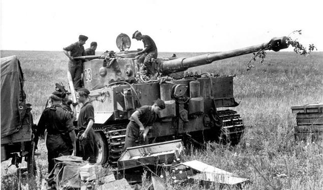 Załoga Tygrysa w czasie przygotowań do ofensywy. 21 czerwca 1943 r.