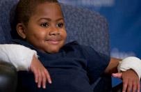 Pierwszy na �wiecie przeszczep obu d�oni u dziecka