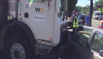 Rozpędzona śmieciarka staranowała samochody