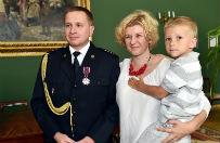 Stra�ak z Krakowa uratowa� 1,5-roczne dziecko. Odznaczono go Krzy�em Zas�ugi