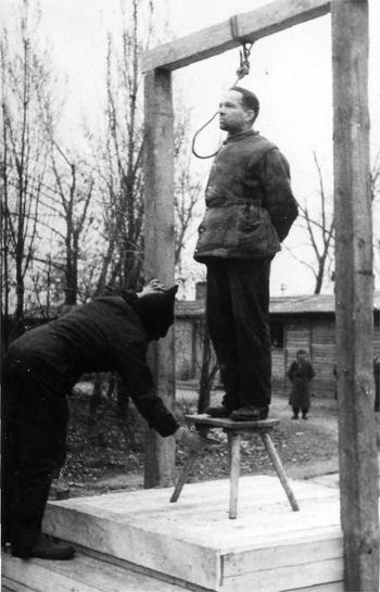 Wykonanie wyroku śmierci na Rudolfie Hoessie na terenie byłego niemieckiego obozu koncentracyjnego Auschwitz-Birkenau. 16 kwietnia 1947 r.
