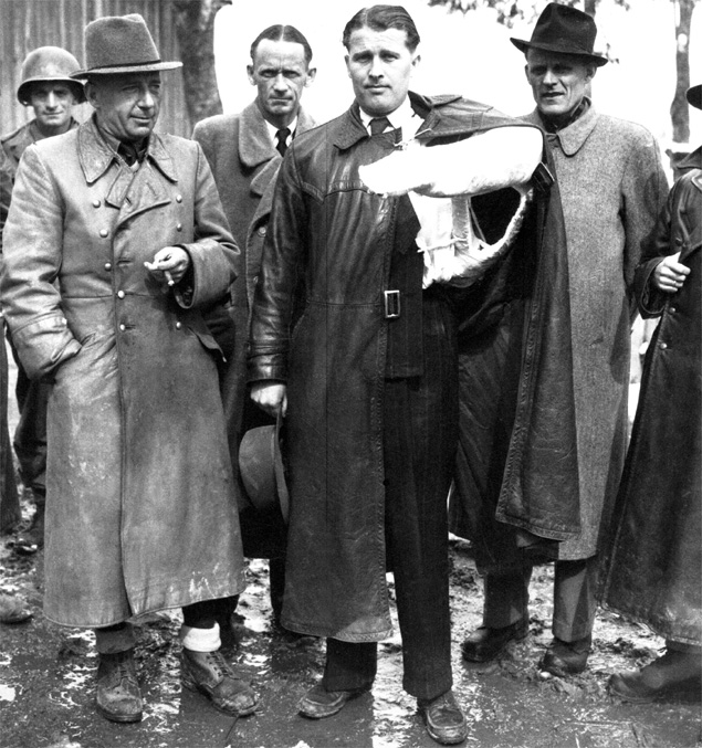 Wernher von Braun (z ręką w gipsie) wraz z innymi niemieckimi naukowcami poddaje się amerykańskim żołnierzom. 3 maja 1945 r.