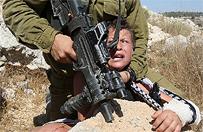 Bulwersuj�ce nagranie w sieci. Uzbrojony izraelski �o�nierz bije palesty�skiego ch�opca