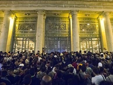 Imigranci wpuszczeni na dworzec Keleti w Budapeszcie