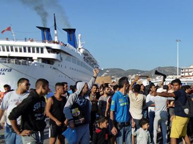 Setki Afga�czyk�w pr�bowa�y wtargn�� na prom do Aten