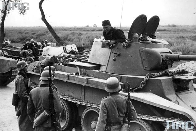 Niemiecki i radziecki patrol na linii demarkacyjnej. Widoczny radziecki czołg BT-7. Wrzesień 1939 r.