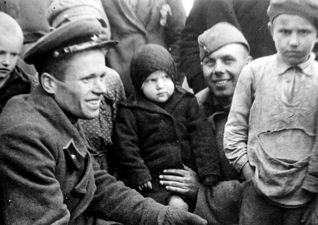 Sowieccy żołnierze robią sobie zdjęcia z dziećmi w okupowanej Polsce, 8 października 1939 r. Dzieci nie wyglądają na zadowolone