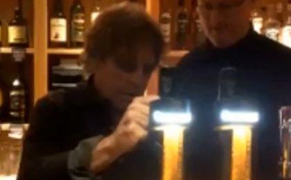 Luke Skywalker nalewa piwo w lokalnym pubie